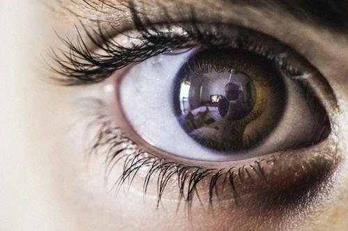 עין המתבוננת בפרקים מלאים במסך